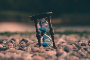 時間はどこから来て、なぜ流れるのか?